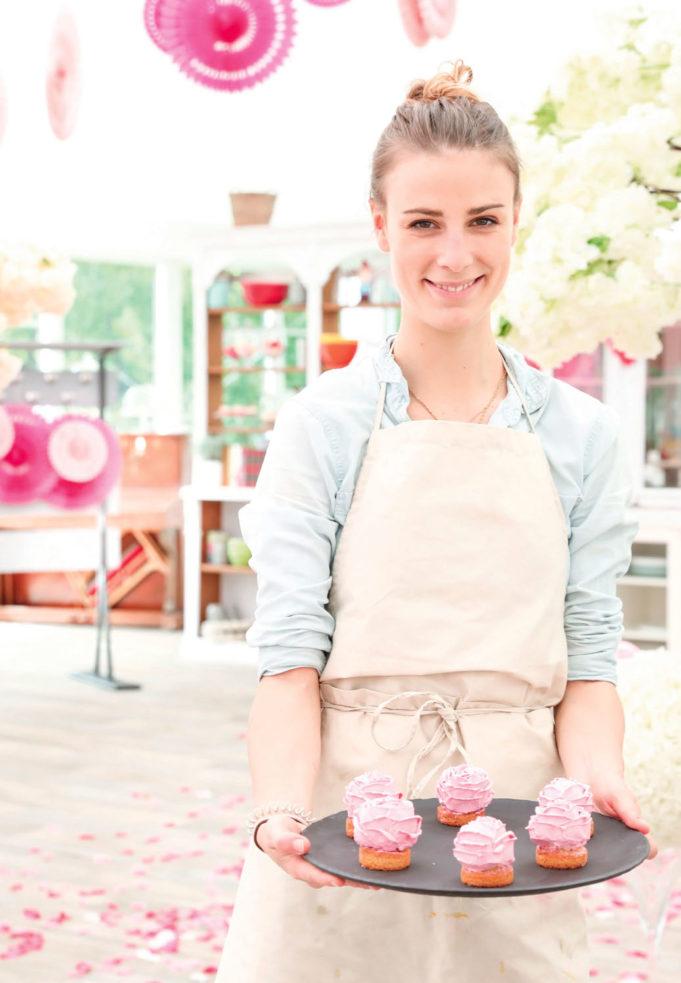 Camille Perrotte tenant un plateau de muffins à la crème