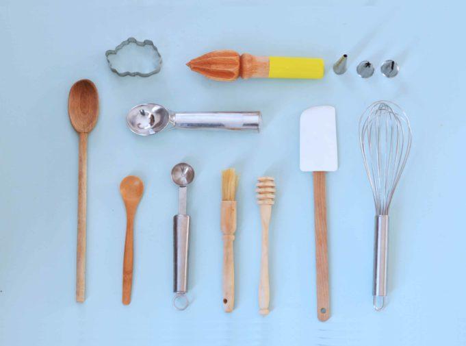 Des outils de pâtisserie: spatule, fouet à main, douilles, etc.