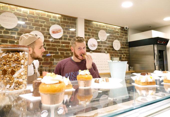 Yann Couvreur en train d'aider le personnel de sa pâtisserie